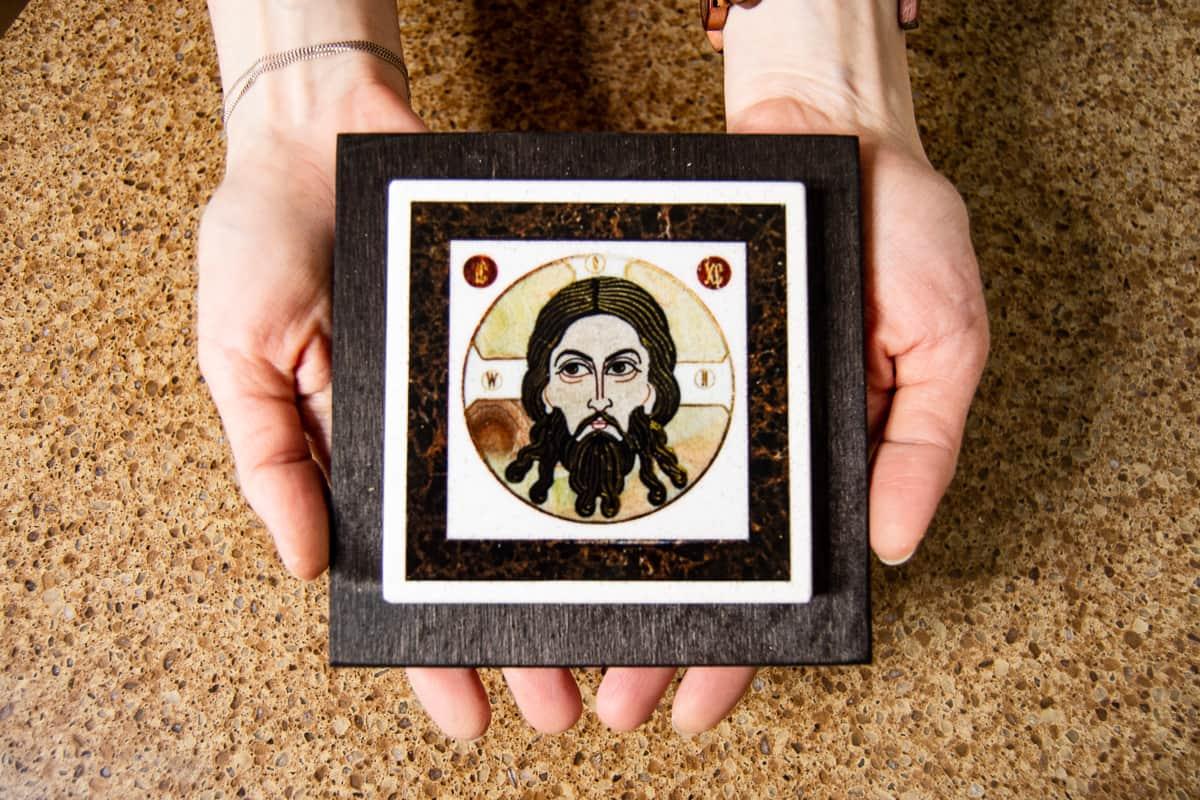 Малые паломнические иконы обереги из мрамора от Гливи. Икона оберегающая от огня. Фото 6. Икона Спас Нерукотворный.