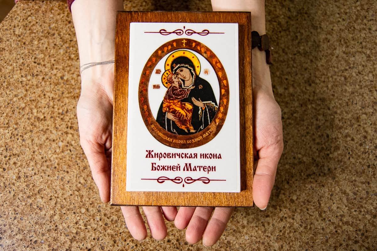 Малые паломнические иконы обереги из мрамора от Гливи. Фото 5. Икона Жировичской Божьей Матери.