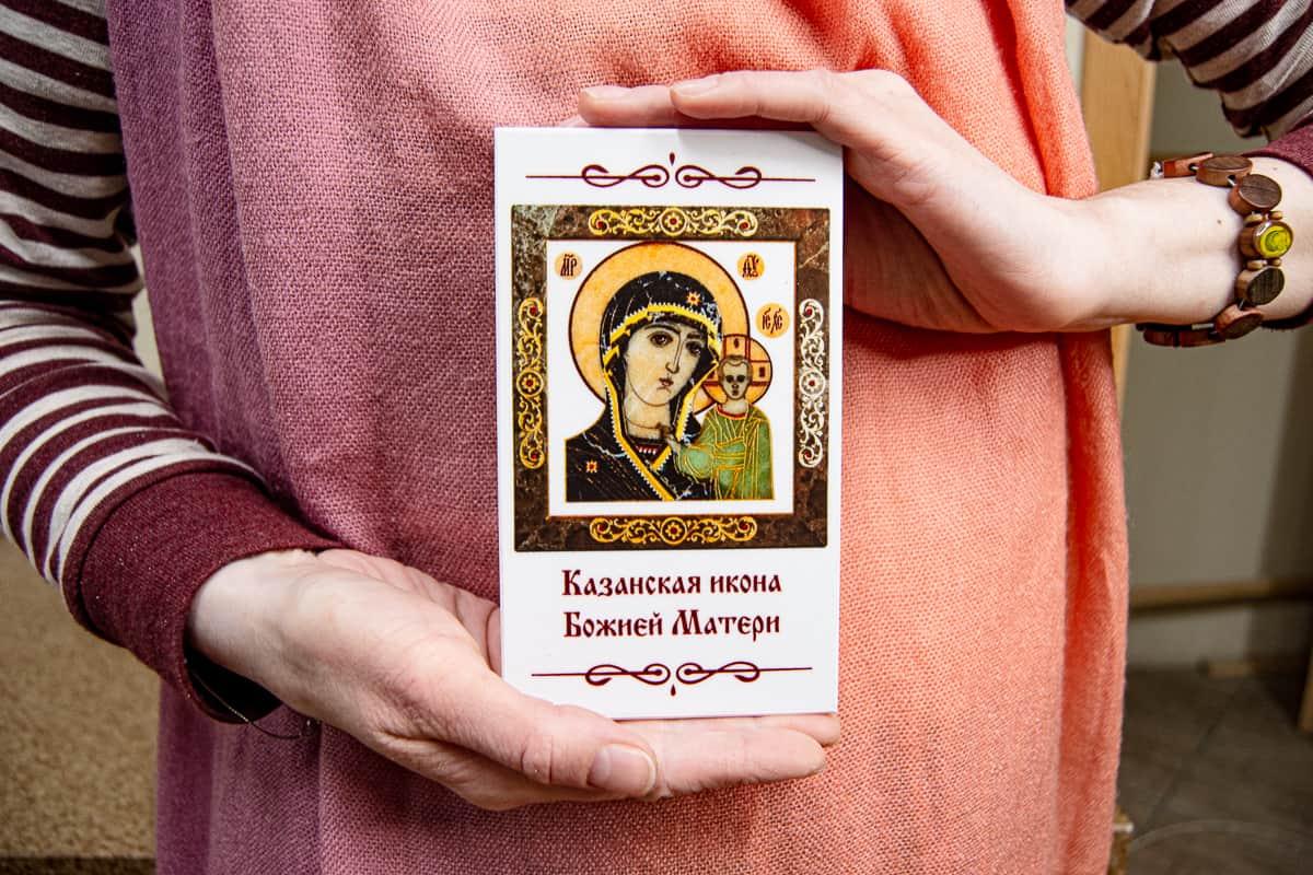 Малые паломнические иконы обереги из мрамора от Гливи. Икона оберегающая от огня. Фото 1. Икона Казанская.